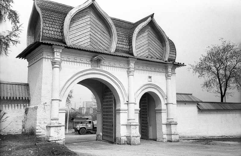 The rear gate of the royal court in Kolomenskoye (Moscow). Photo of May 5, 1979.