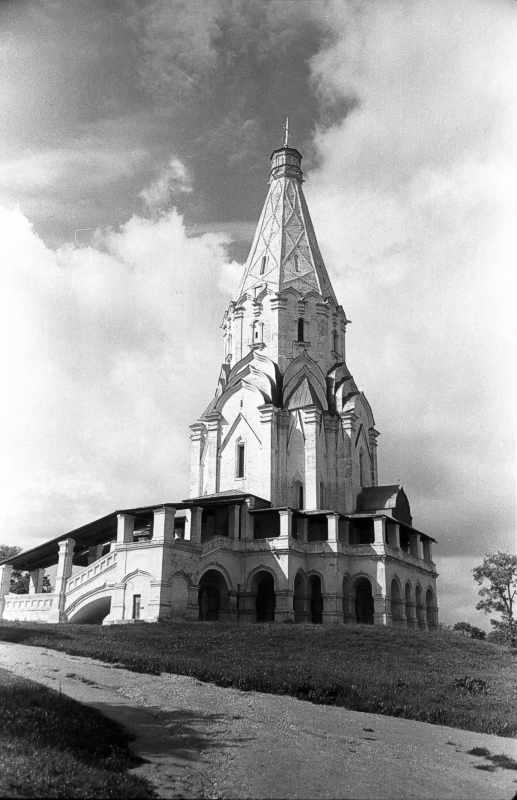 Церква Вознесіння в Коломенському (Москва). Вигляд з південного сходу. Фото 16 липня 1986 р.