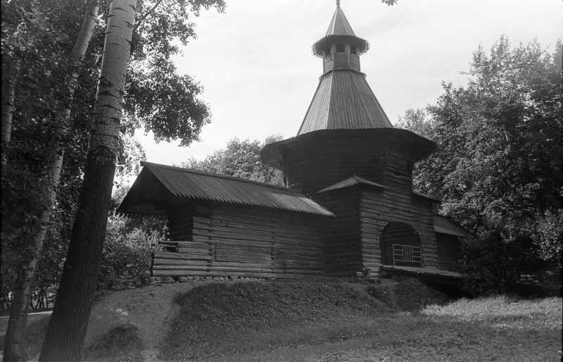 Надбрамна башта Николо-Корельського монастиря (в музеї під відкритим небом у Коломенському, в Москві). Вигляд з боку поля. Фото 16 липня 1986 р.