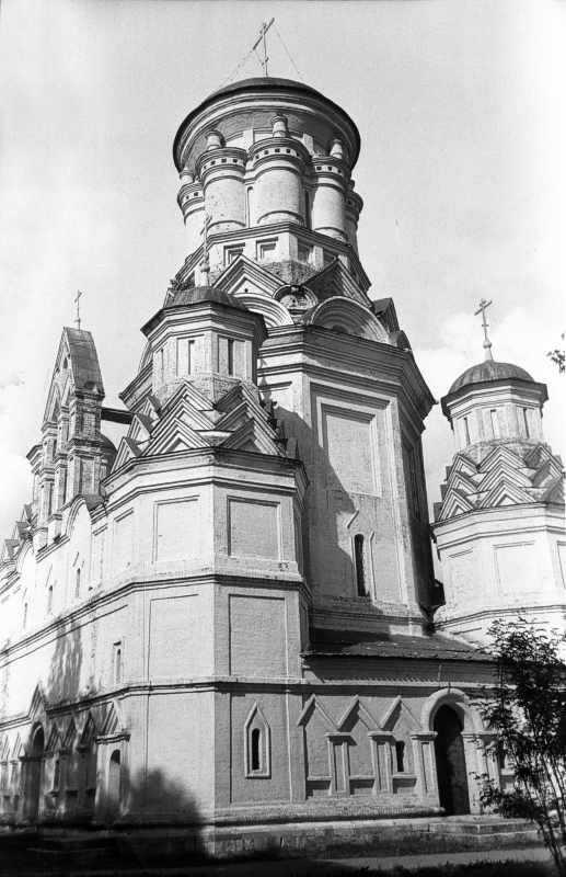 Церква Головосіка Іоана Предтечі в Дьяково (Москва) – вигляд з південного заходу. Фото 16 липня 1986 р.