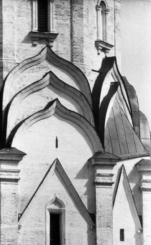 Церква Вознесіння в Коломенському (Москва). Три яруси кілеподібних арок. Фото 16 липня 1986 р.