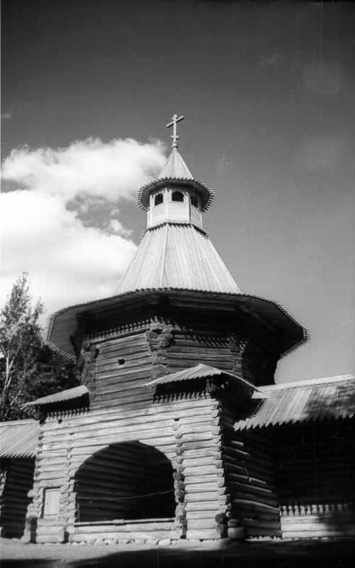 Надбрамна башта Николо-Корельського монастиря (в музеї під відкритим небом у Коломенському, в Москві). Вигляд з боку двора. Фото 13 серпня 1977 р.