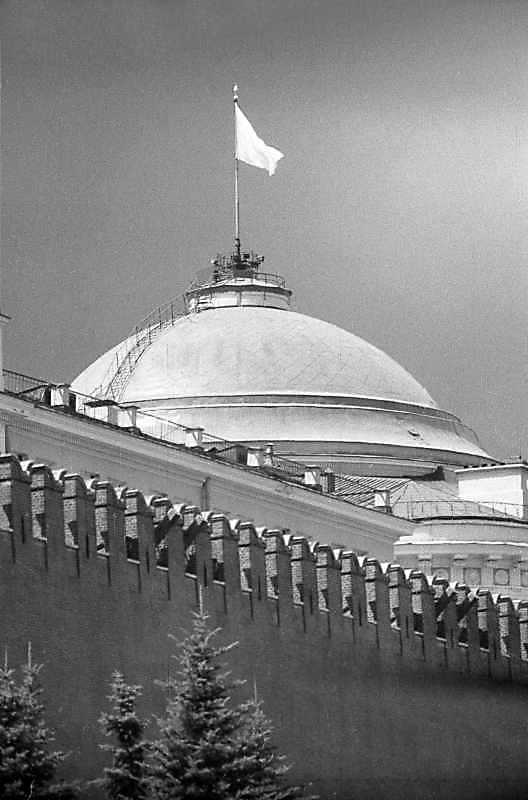 Купол Сената на тлі мурів московського Кремля. Фото 16 липня 1986 р.