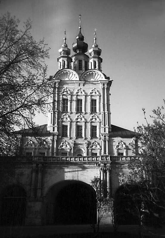 Church of the Transfiguration over the north gate of Novodevichy monastery (Moscow). View from the south. Photo of May 5, 1979.