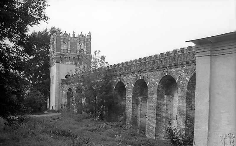 Фрагмент північно-західного оборонного муру Новодівичого монастиря (Москва). Вигляд зі сходу, з боку двора. Фото 6 вересня 1976 р.