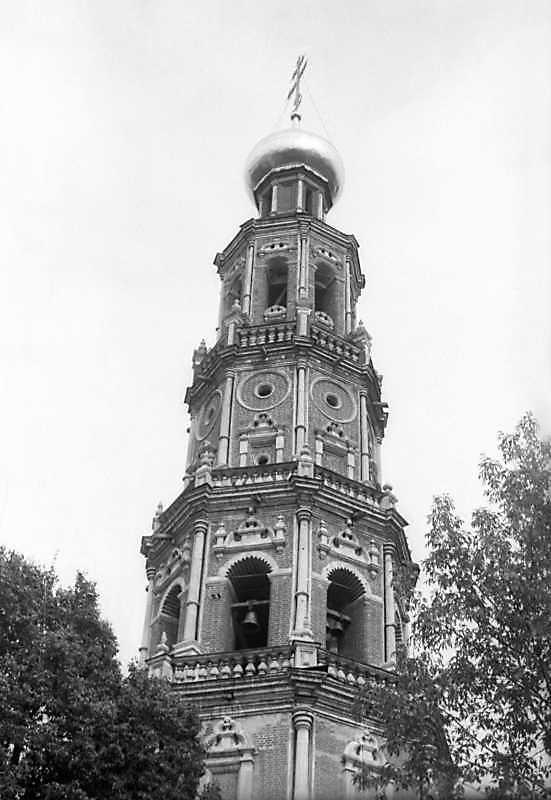 Верхні яруси дзвіниці Новодівичого монастиря (Москва). Фото 6 вересня 1976 р.