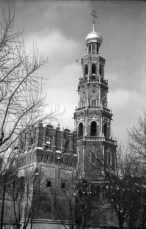 Оборонна башта і дзвіниця Новодівичого монастиря (Москва). Вигляд з північного сходу. Фото 7 лютого 1977 р.