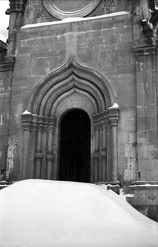 Західний портал Спаського собору Спас-Андроникова монастиря (Москва). Вигляд з південного заходу. Фото 7 лютого 1977 р.