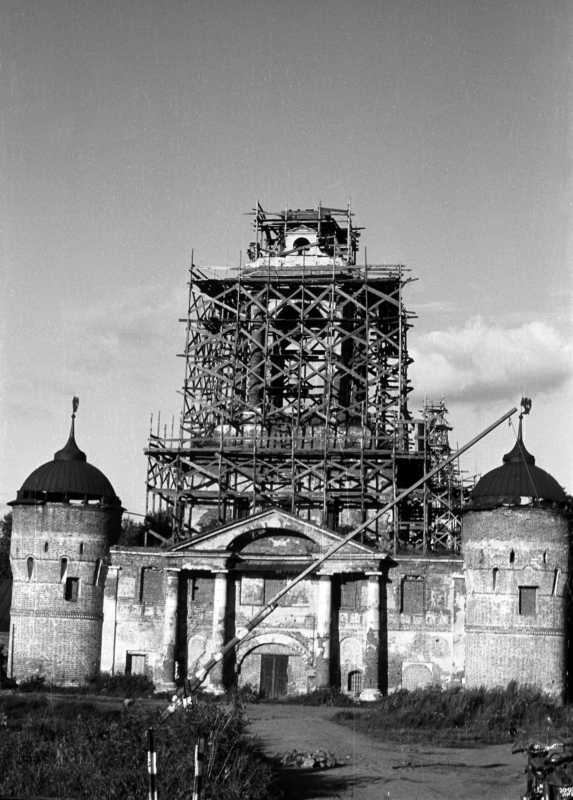 St. Abraham monastery in Rostov. The gate church. Photo 21 Aug 1976.