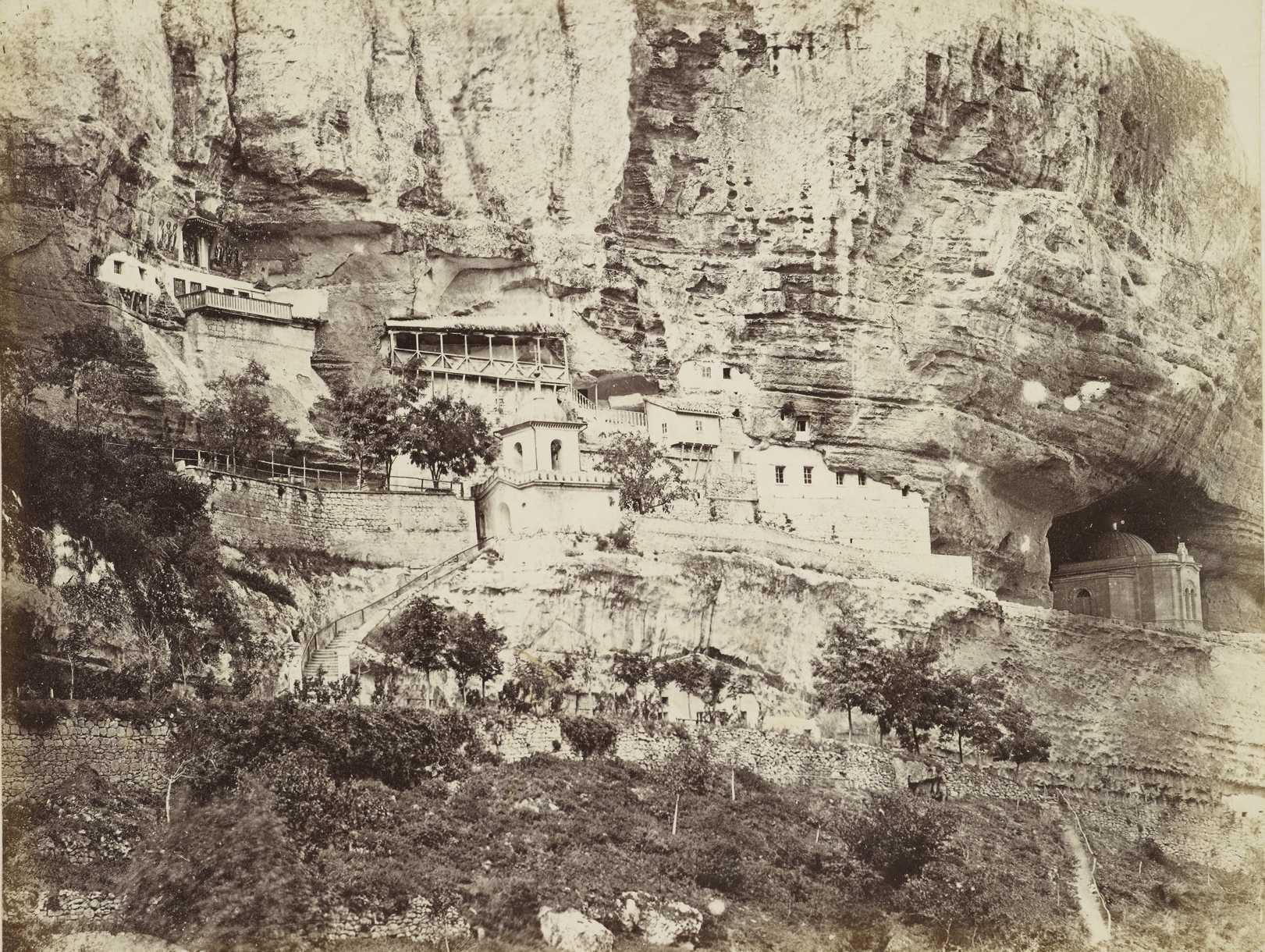 Загальний вигляд Успенського скита біля Бахчисарая. Фото з мандрівки принца Уельського [?] по Криму в 1869 р.