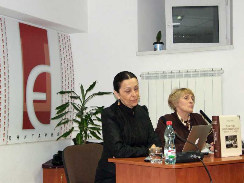 Тамара Скрипка (ліворуч) розповідає про книгу